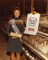 1976 Pennsylvania Poultry Queen holding carton of first prize-winning Wawa eggs