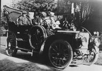 Henry Palmer and group driving the 1905 or 1906 Matheson